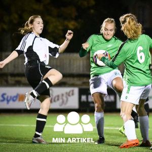 Fyra damer kämpar om bollen.