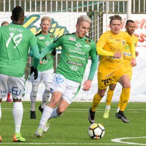 EN EIF-spelare springer med bollen.