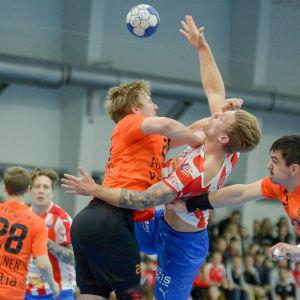 BK:s Oscar Kihlstedt stoppas av Atlas försvar.