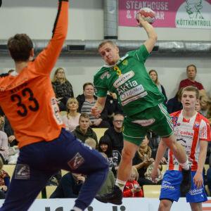 SIF:s Ott Varik hoppar in i målgården för att skjuta bollen mot mål.