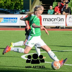 EIF:s Rebecka Mannström sparkar bollen.