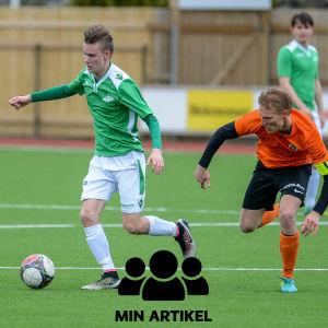EIF/Akademis Andreas Wahlstedt driver framåt med bollen.