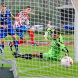 Marcos di Tullio gör mål för BK-46 i matchen mot FC Kontu.
