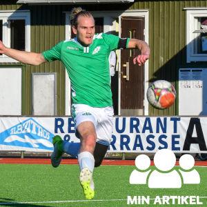 EIF:s Jonathan Törnroos löper efter bollen på fotbollsplanen.
