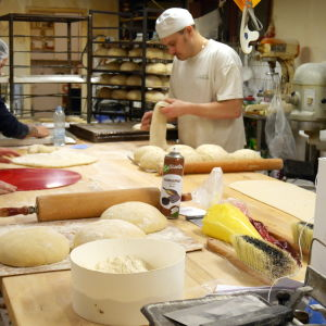 Leivän ja munkin leivontaa leipomossa.