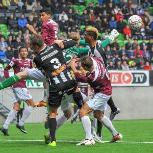 FC Lahtis målvakt boxar bort bollen till säkrare mark.