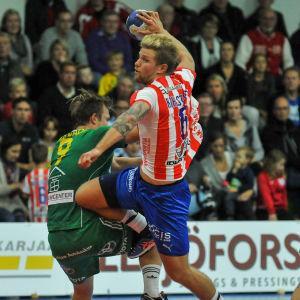 BK:s Oscar Kihlstedt skjuter i matchen mot Sjundeå IF.