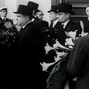 Jean Sibeliuksen arkku kannetaan ulos Helsingin tuomiokirkosta (1957).