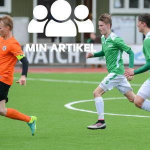 Tre fotbollsspelare på fotbollsplan.