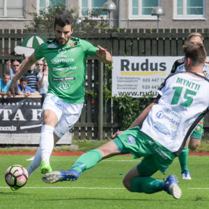 Felix De Bona med bollen, Henri Myntti försöker bryta