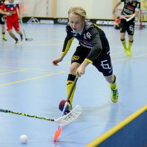 Teemu Tuovinen från Knights sträcker sig efter bollen.