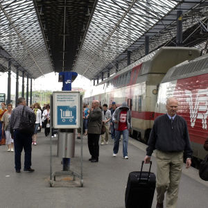 Matkustajia asemalaiturilla tulossa junasta Helsingin rautatieasemalla.