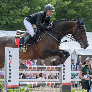 Susanna Granroth med hästen Baccara hoppar över ett hinder.