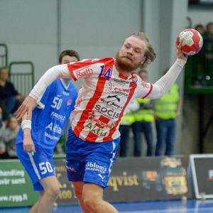 BK:s Topias Laine skjuter bollen mot mål.