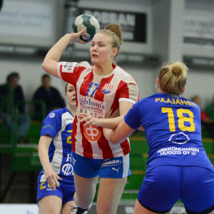 BK:s Jannica Kullberg kastar bollen mot mål.