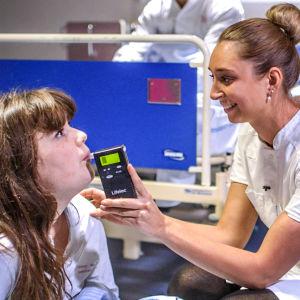Blåstest tas av en av deltagara i serien Bakfyllekliniken