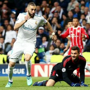 Karim Benzema gör mål bakom Sven Ulreich.