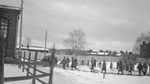 Naisia Hämeenlinnan vankilan pihalla