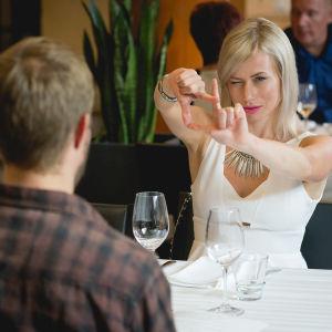 Marja (Minka Kuustonen) och Olavi (Olavi Uusivirta) på restaurang.