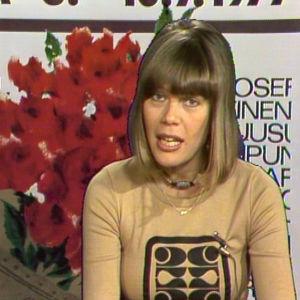 Sinikka Hein juontaa Iltatähteä vuonna 1977.