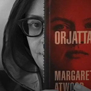 Kaisa Pulakka pitää Margaret Atwoodin teosta Orjattaresi puoliksi kasvojen päällä