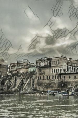 Stiliserad hotfull bild av Mosul vid Tigris strand.