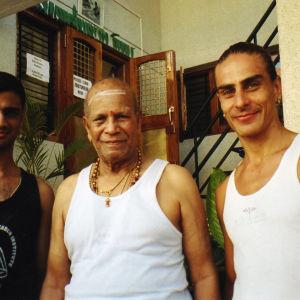 Vasemmalla gurun veljenpoika, itse Sri Pattabhi Jois ja Petri kuvattuna joogasalilla.