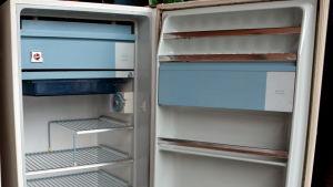 gammalt kylskåp med dörren öppen