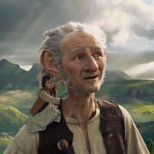 Sophie (Ruby Barnhill) sitter på den stora vänliga jättens (Mark Rylance) axel och ser på landskapet.