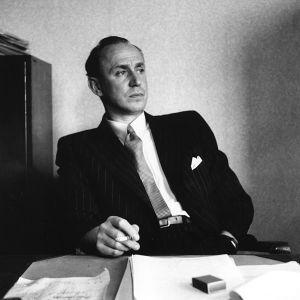 Paavolainen työpöytänsä ääressä Yleisradiossa 1949