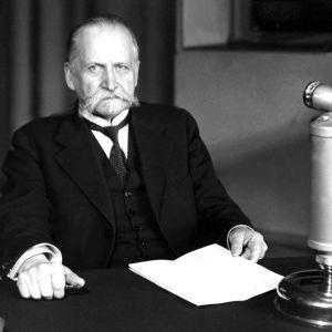 Presidentti Kyösti Kallio pitämässä radiopuhetta Yleisradion studiossa