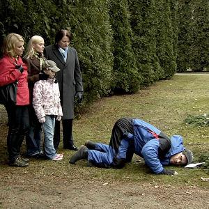 Hautahuutaja ottaa yhteyden vainajiin maakerroksen läpi.