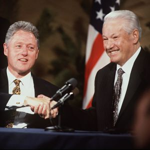 Bill Clinton och Boris Jeltsin skakar hand, 1997
