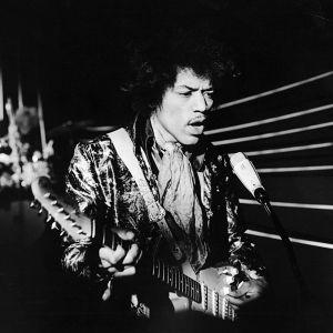 Jimi Hendrix soittaa Ratakadun tv-studiossa Ylen ohjelmassa Pop-kontrasteja.