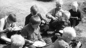 Ruoka-apu oli tarpeen Lapin lapsille.