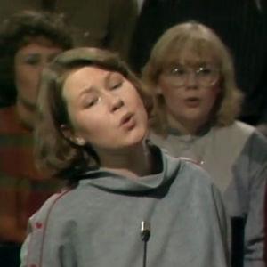 Päivi Hilska ja Kuusankosken kirkon nuorisokuoro esiintyy 1984