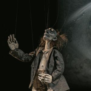 Foto från Kohtauspaikkoja kadonneille på Finlands nationalteater.