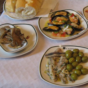 Suosittuja tapas-annoksia: mm. marinoitua anjovista ja oliiveja, simpukoita.