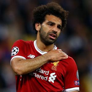 Mohamed Salah håller sig för axeln