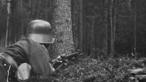 Sotilas aseen kanssa vartiossa