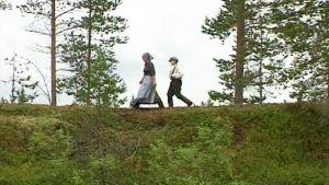 Riitu Päätalo (Pirjo Leppänen) ja poikansa Kalle kävelevät harjulla.