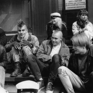 Petri Räisänen ja ystävät mustavalkoisessa kuvassa.