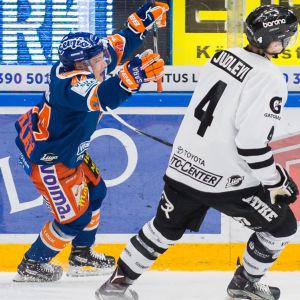 Jan-Mikael Järvinen firar mål framför Olli Juolevi.