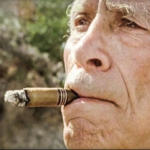 Samuel Fuller ja sikari. Kuva dokumenttielokuvasta A Fuller Life.
