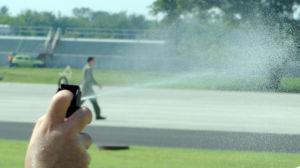 En person sprutar pepparspray.