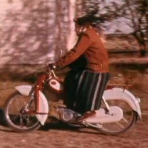 Nainen ajaa Tunturi-mopedilla