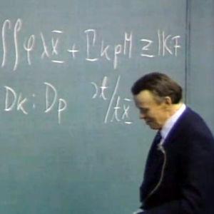Aapo Heikkilä opettamassa liitutaulun edessä