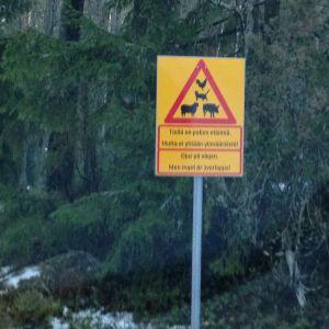 """en hemgjord trafikskylt varnar för att det finns många djur på gården. """"Djur på gården, men ingen är överlopps"""""""