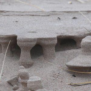 Små skulpturer som utformats i sanden.