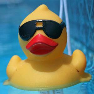 En gul badanka med solglasögon i en pool.